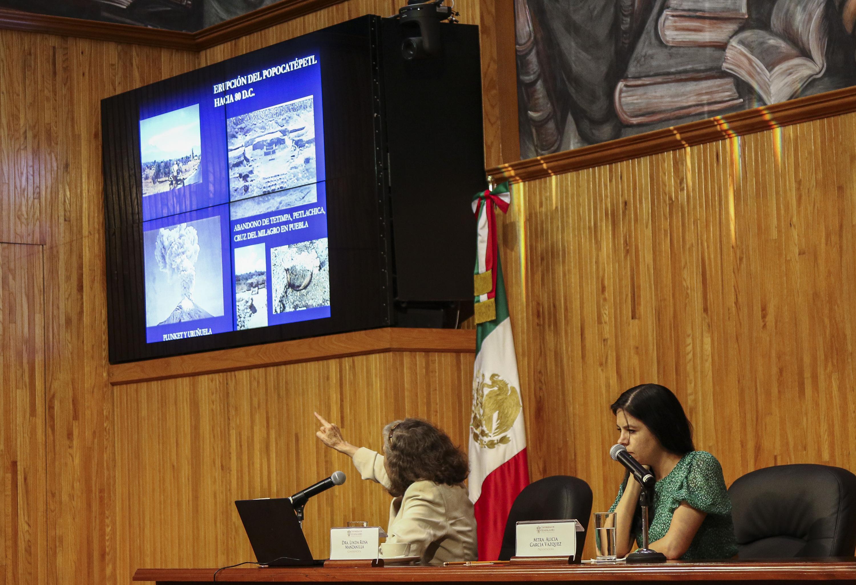 Durante su presentación la arqueóloga en el Paraninfo Enrique Díaz de León