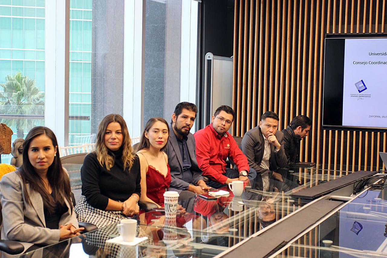 Jóvenes empresarios durante la firma de convenio con CUTonalá