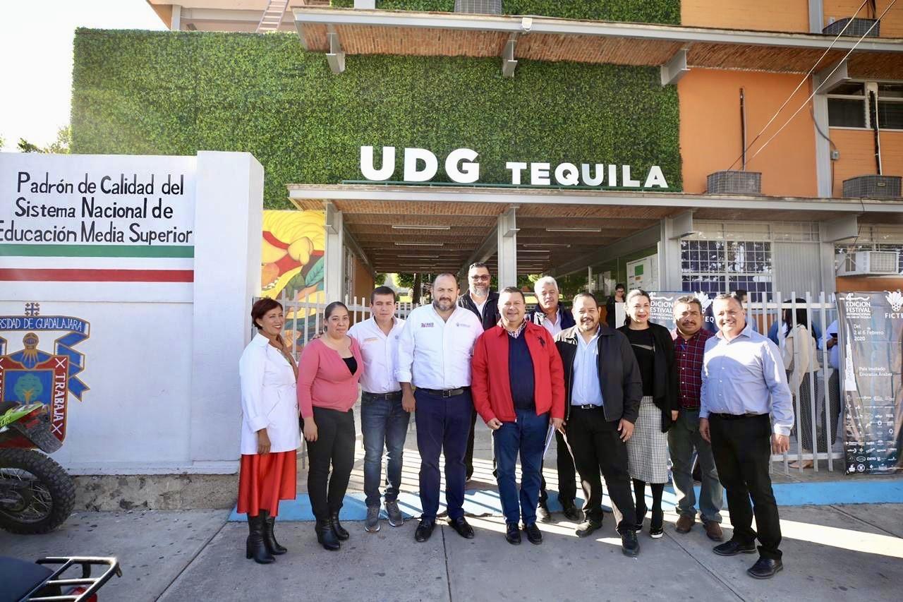 El Rector General con trabajadores de la prepa de Tequila