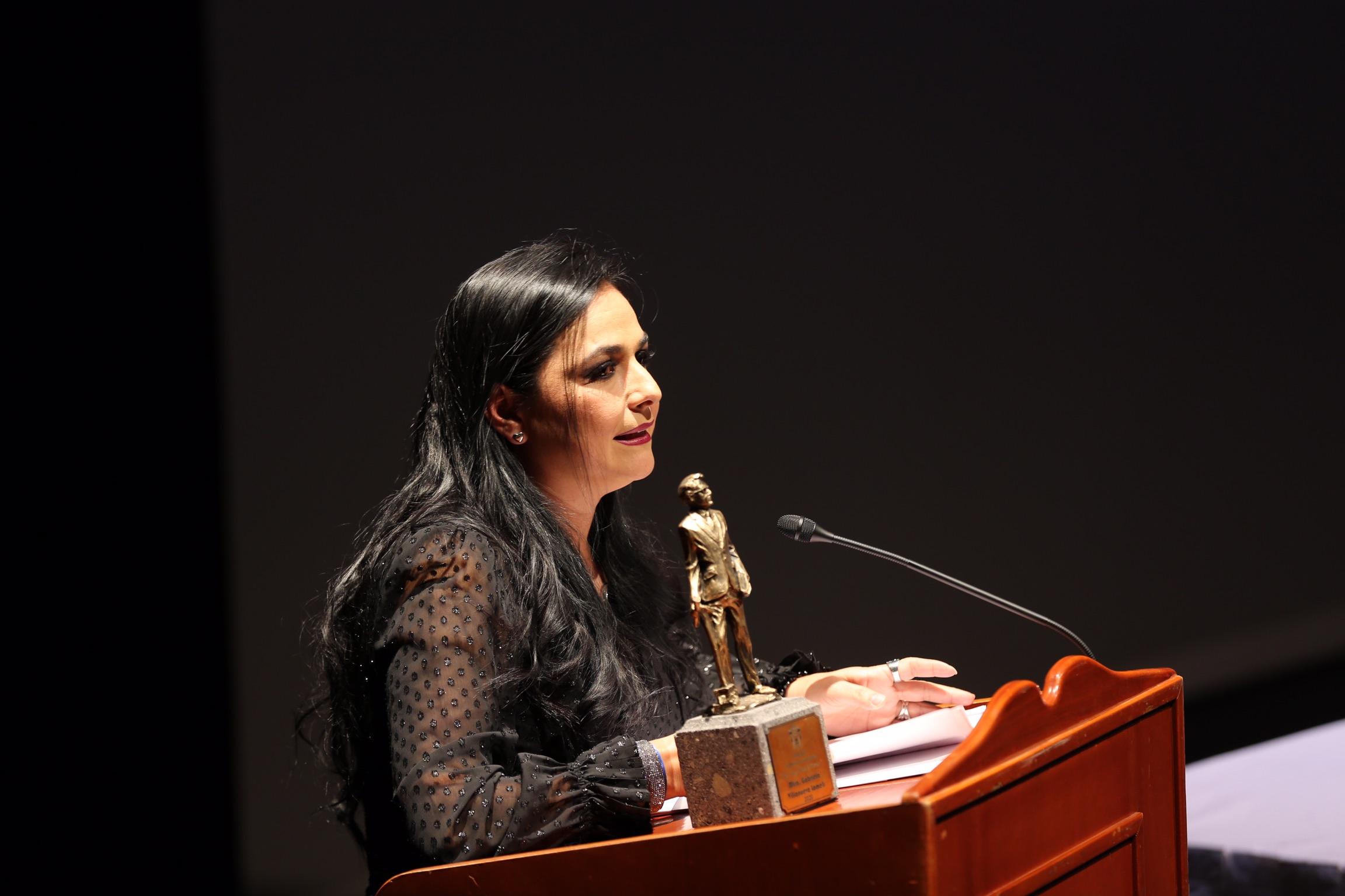 En su mensaje a la galardonada externa, la maestra Gabriela Villanueva Lomelí