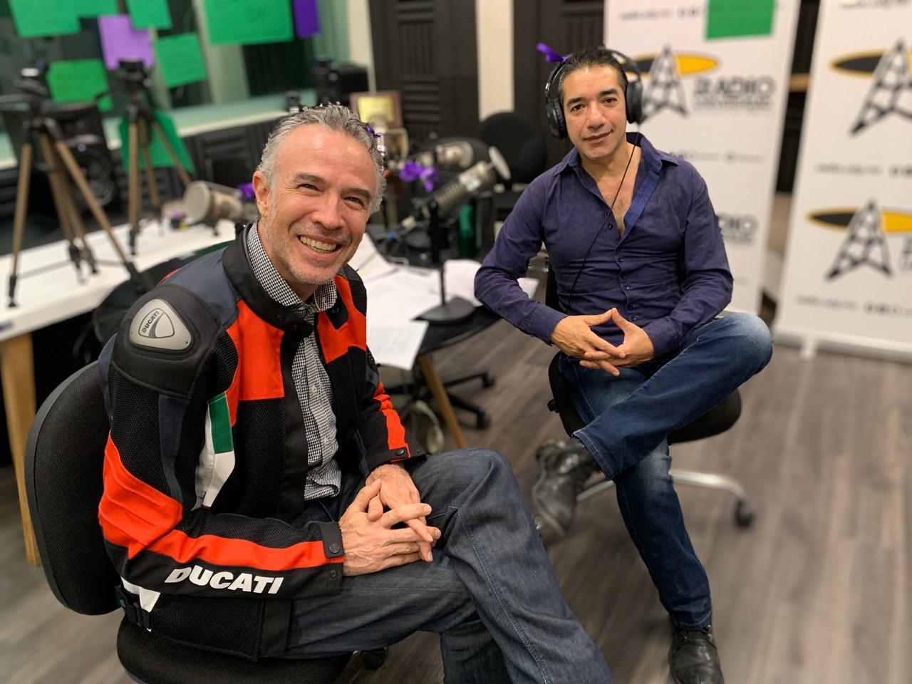 """El conductor Alonso Torres acompañado de un especialista en su programa """"El expreso de las 10"""""""