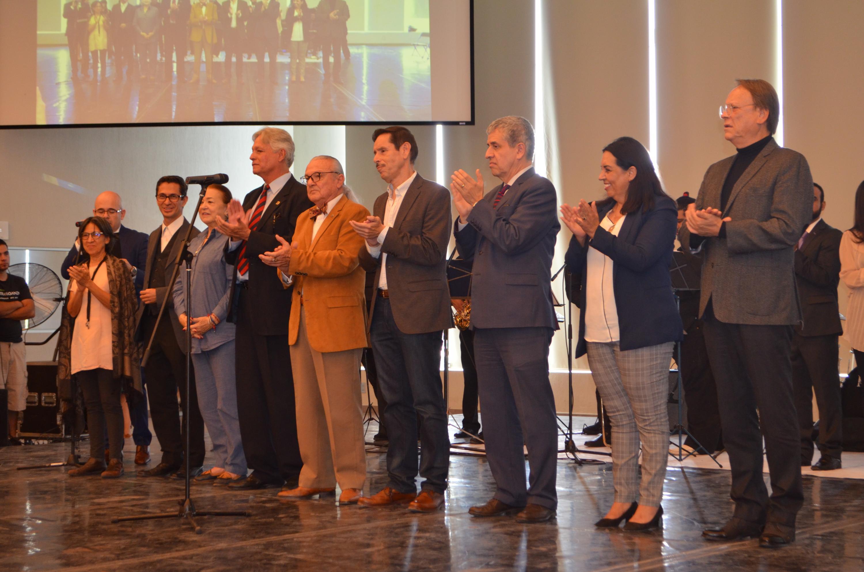 El Vicerrector de la UdeG junto con autoridades universitarias del CUAAD en los festejos
