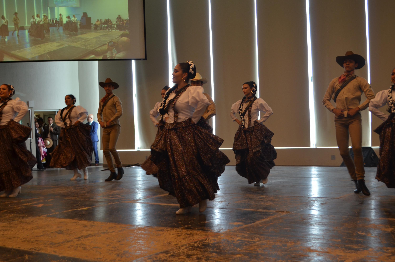 Presentación de baile tradicional en los festejos
