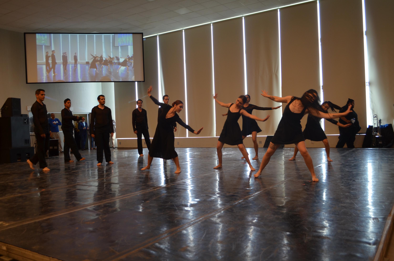 Presentación de grupo de danza en los festejos