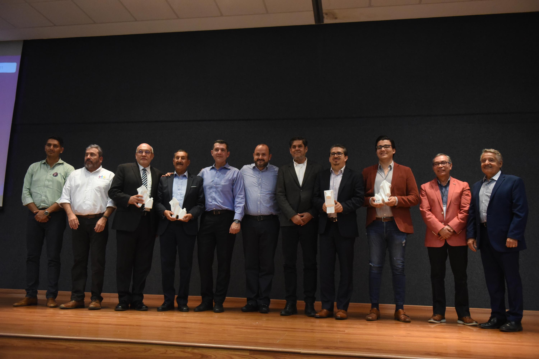 El Rector General de la UdeG se toma la foto con ex rectores, académicos y rector del CUCEA