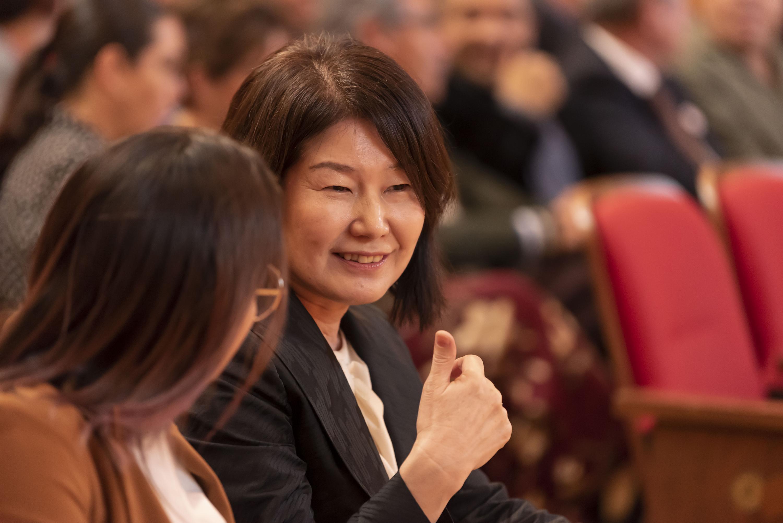En el Paraninfo, se muestra el rostro de una mujer japonesa que acudió a la conferencia