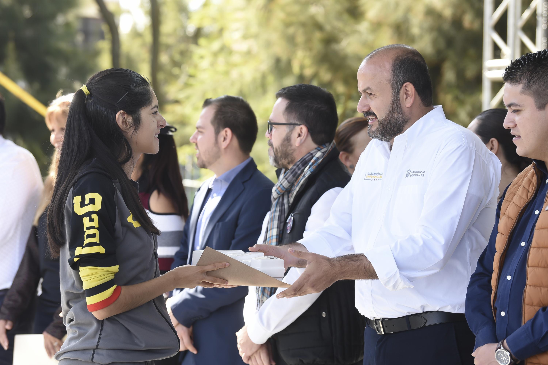 Entrega el Rector General reconocimiento a estudiante atleta del CULagos