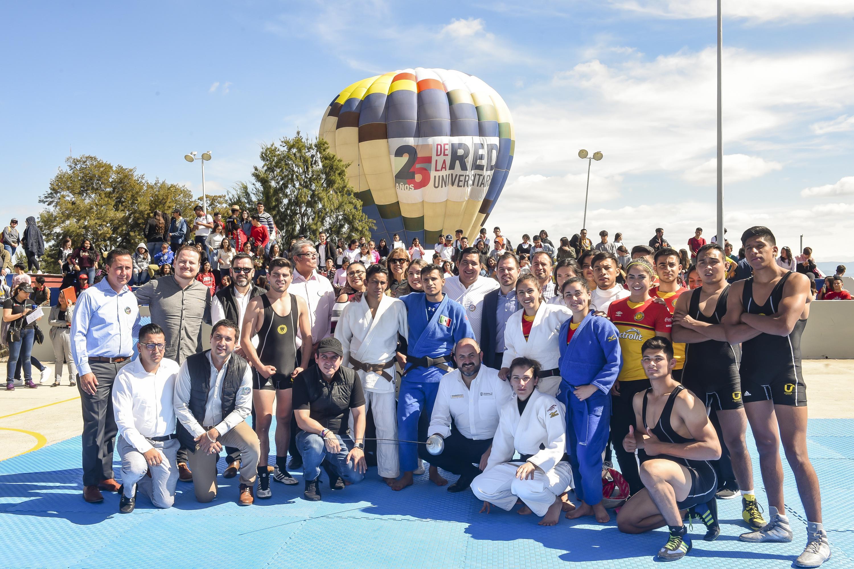 El Rector General doctor Ricardo Villanueva con los deportistas en CULagos en los festejos de la Red Universitaria