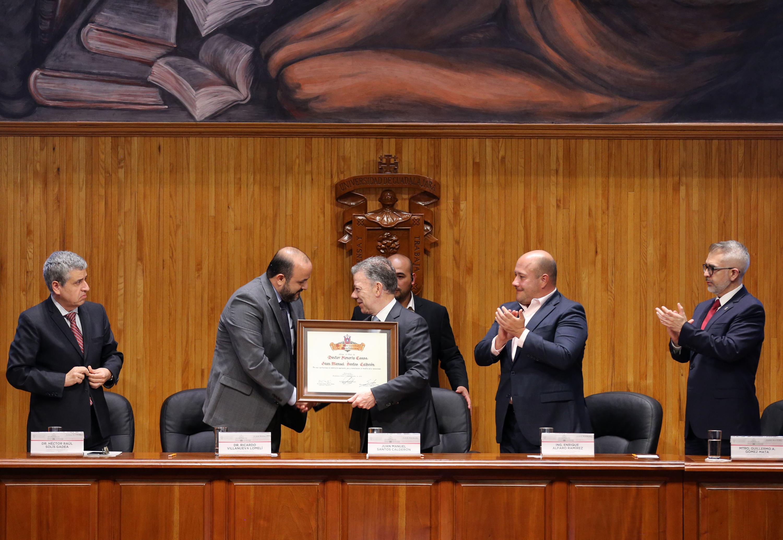 Le da la mano el expresidente de Colombia al Rector General de la UdeG