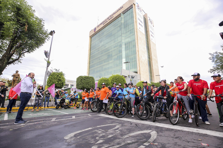 El Rector General de la UdeG, doctor Ricardo Villanueva da el banderazo de salida del Rally Metropolitano
