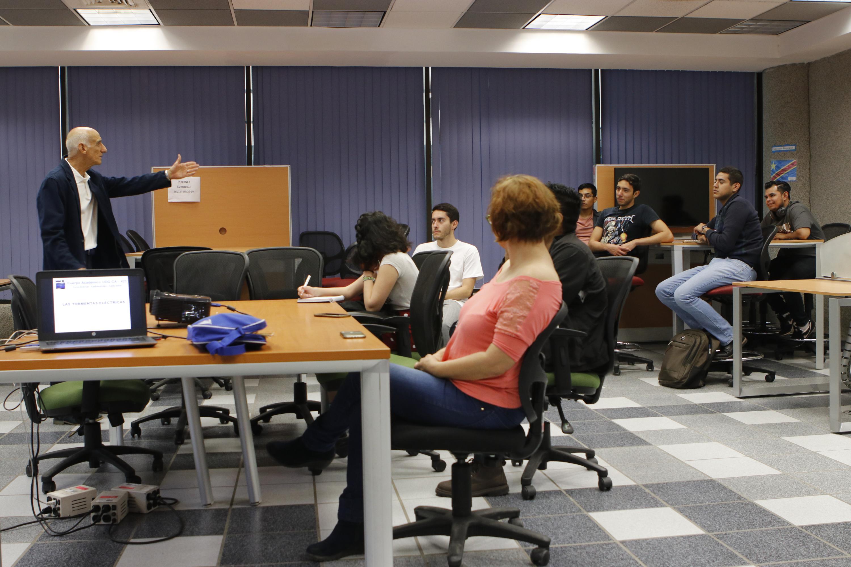 El doctor Omar García Concepción, investigador del Instituto de Astronomía y Meteorología brinda charla a estudiante