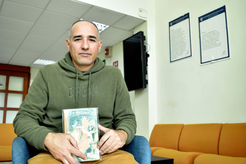 """El escritor cubano José Miguel Gómez Cruz, autor del libro """"Los días blancos"""" al que se le dio lectura en voz alta"""