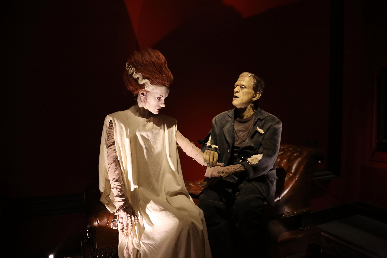 Figuras de Frankenstein y su novia en la muestra En casa con mis monstruos de Guillermo del Toro