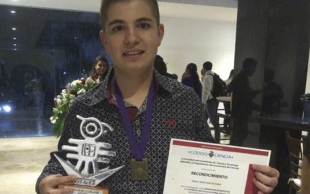 Miguel Ángel Pérez Navarro, mostrando la medalla de platino, ganada en el Concurso de proyectos de ciencia de la Sociedad Latinoamericana de Ciencia y Tecnología (SOLACYT).