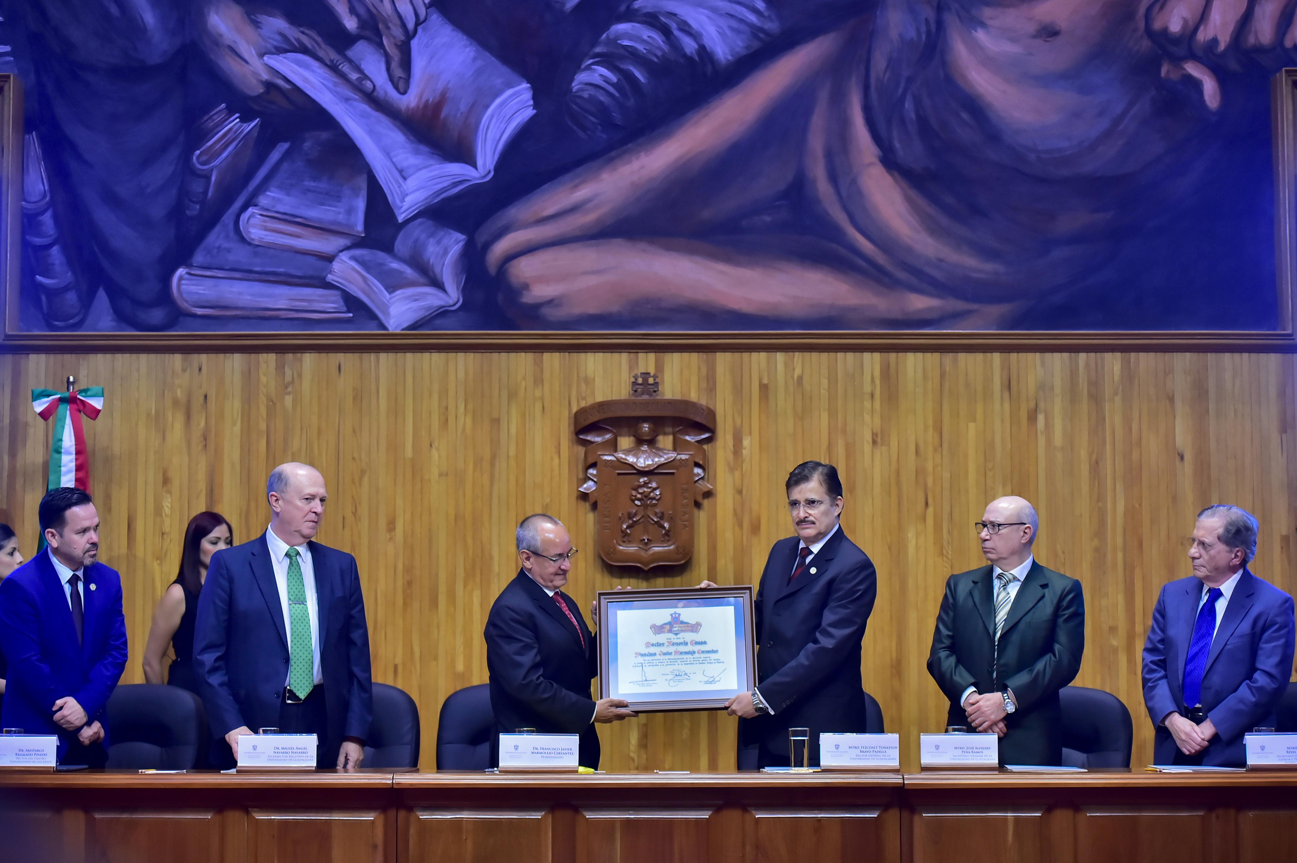 Rector General de la UdeG, maestro Itzcóatl Tonatiuh Bravo Padilla entregando reconocimiento