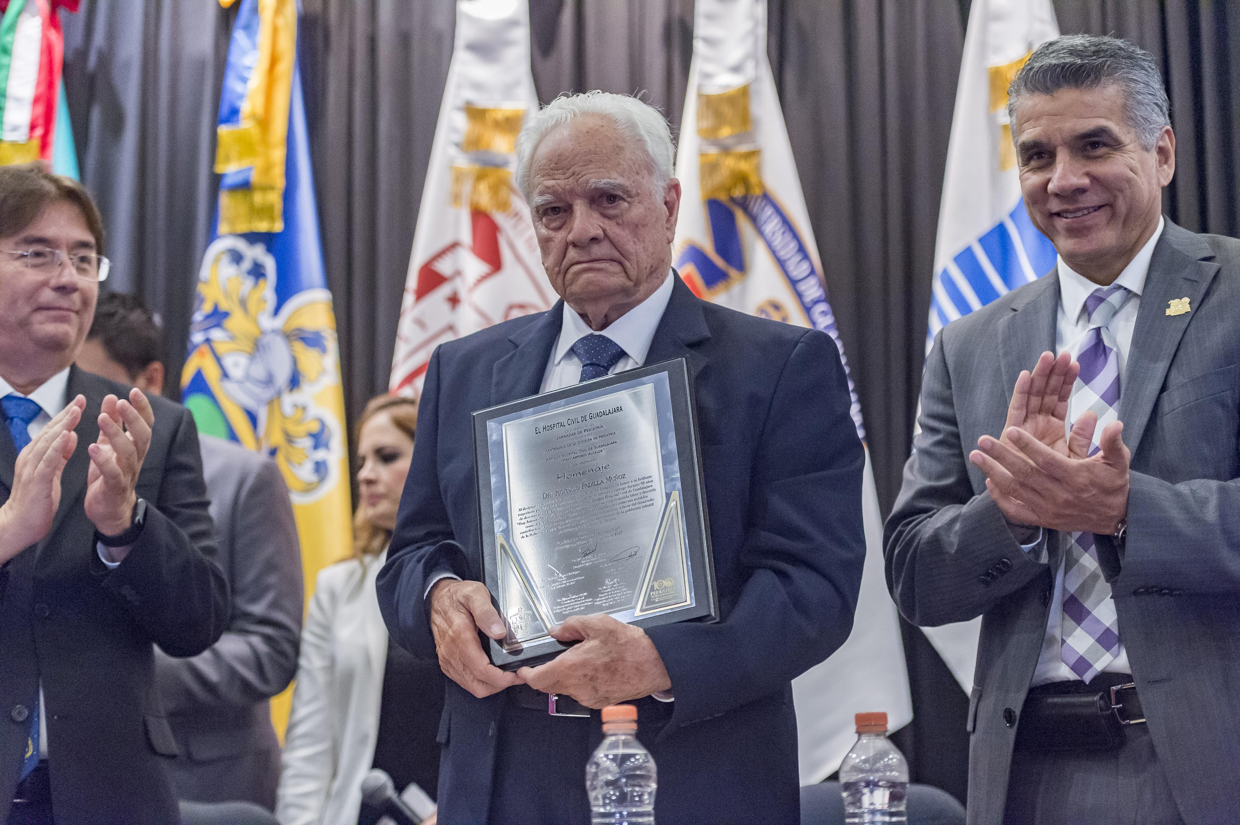 Doctor Horacio Padilla Muñoz sosteniento reconocimiento