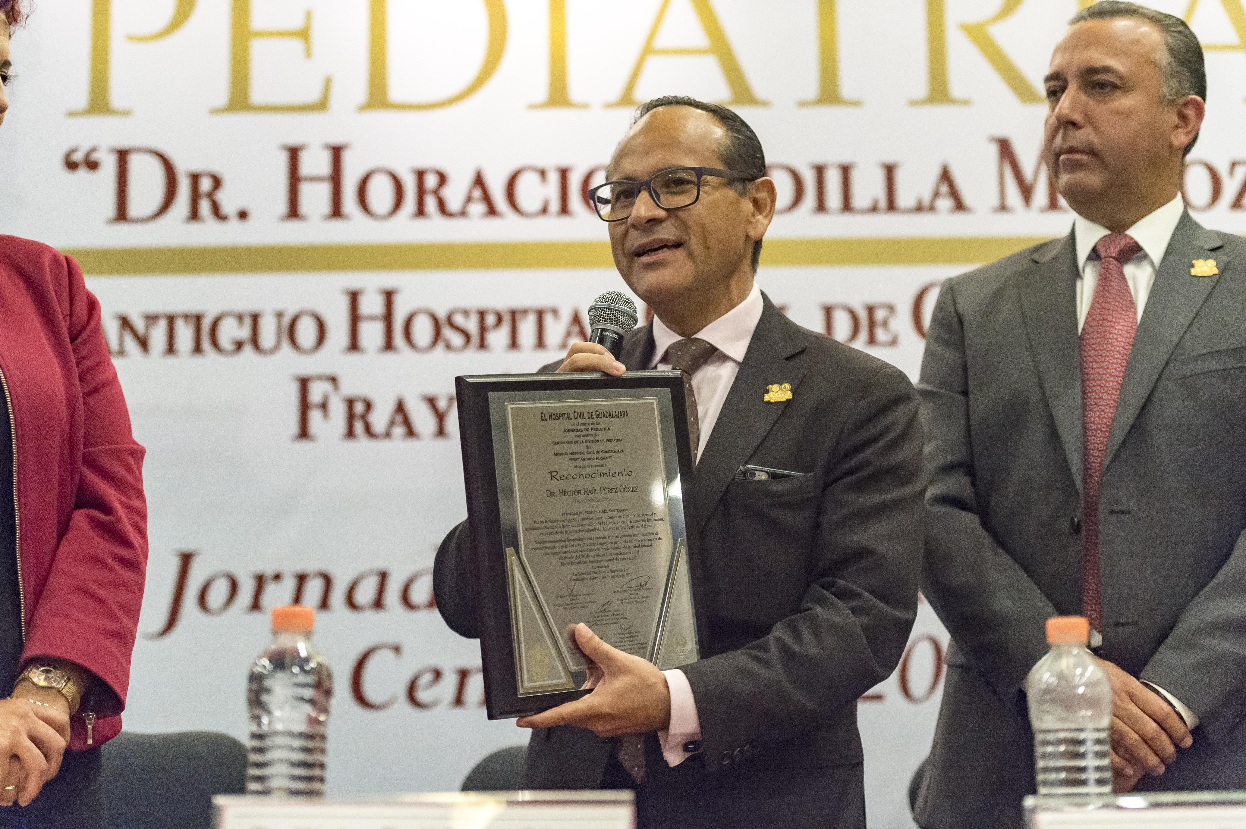 doctor Héctor Raúl Pérez Gómez, Director General del OPD Hospital Civil haciendo uso de la palabra