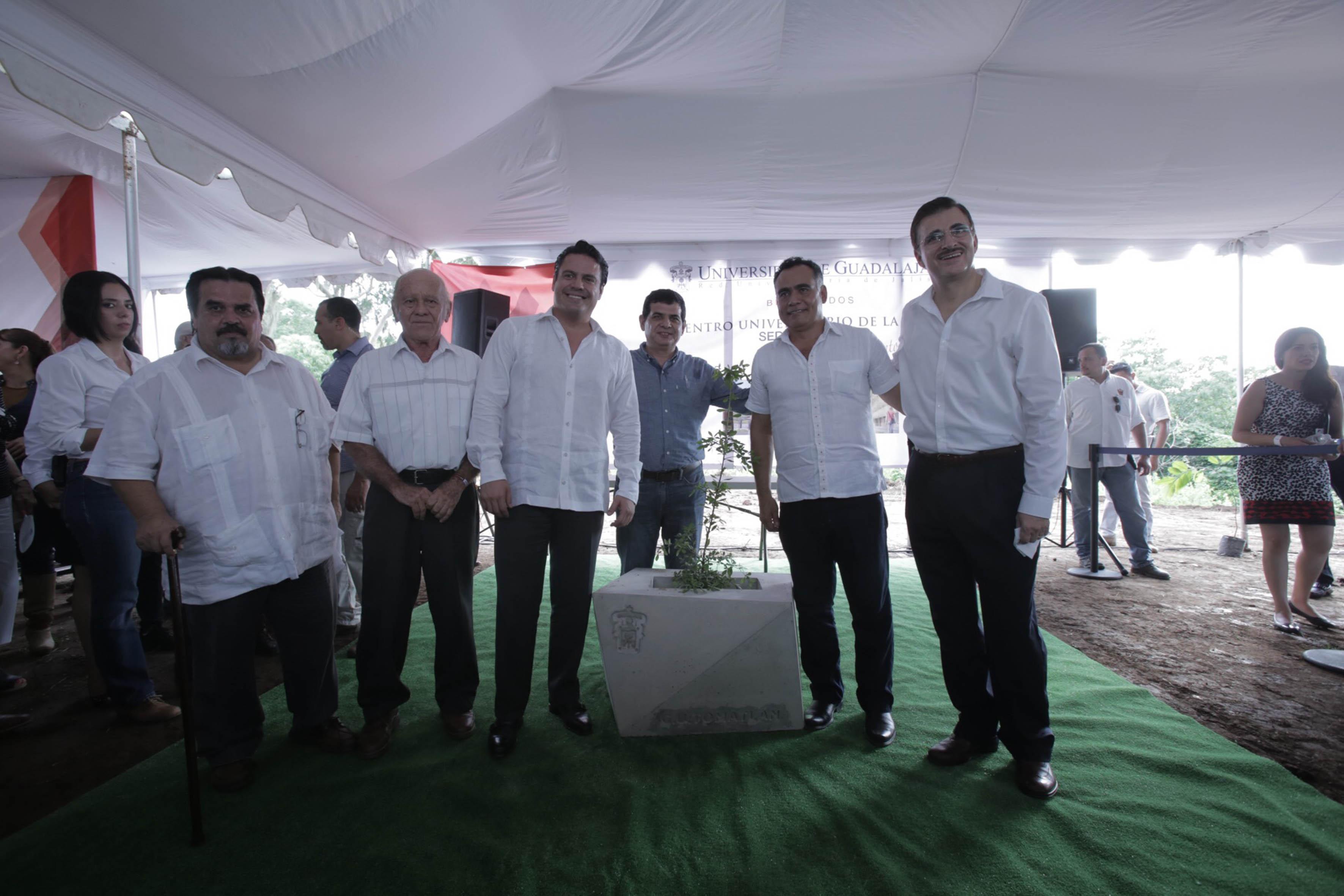 Foto de la colocación de la primera piedra de la sede Tomatlán, del Centro Universitario de la Costa (CUCosta), por parte de autoridades estatales, universitarias y del centro.