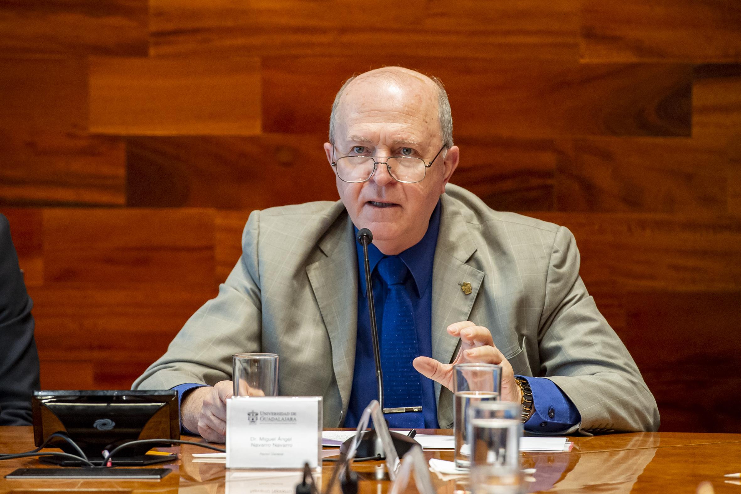 Rector General de la UdeG, doctor Miguel Ángel Navarro Navarro, haciendo uso de la palabra durante la firma de convenio