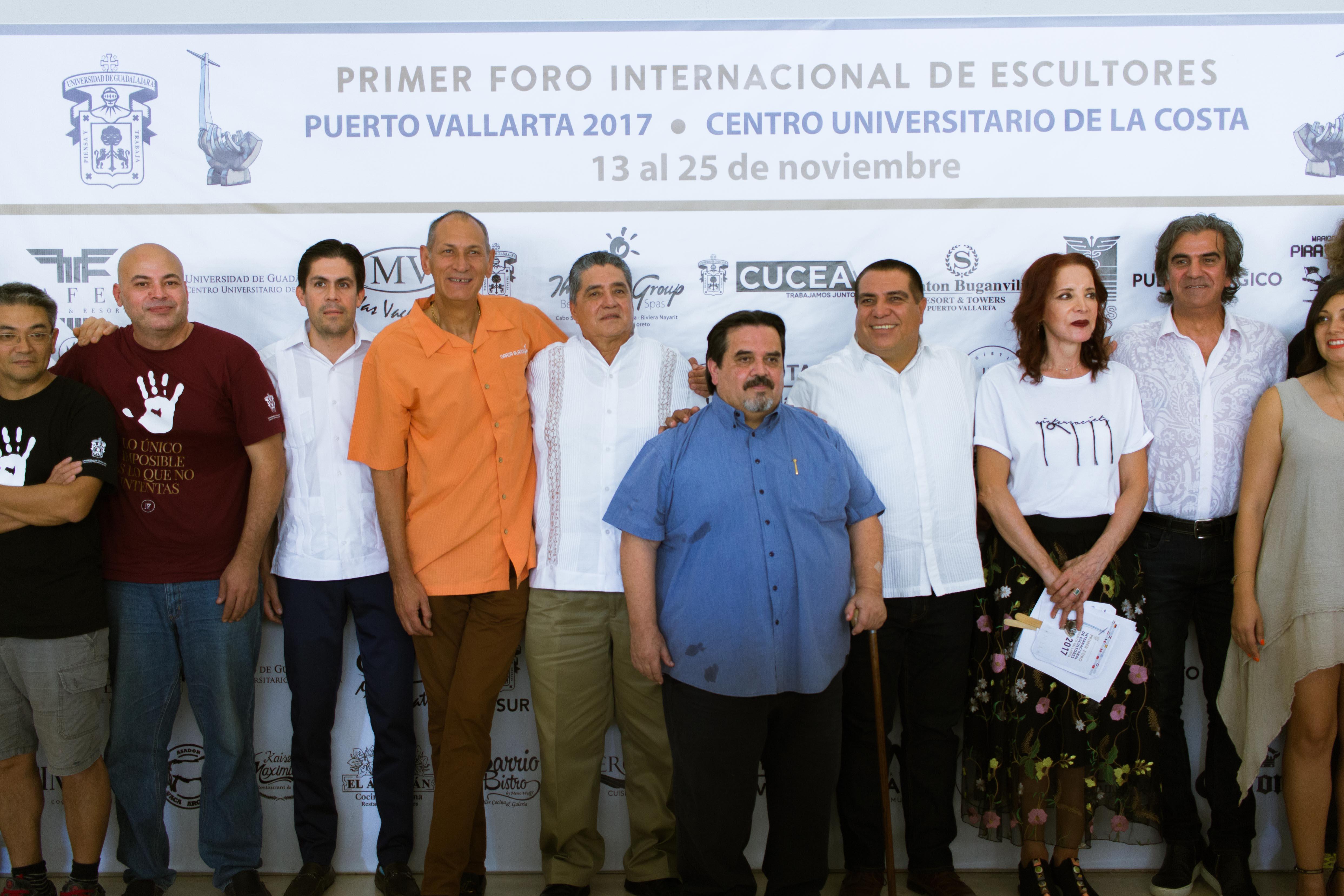 Autoridades universitarias y municipales e integrantes del sector empresaria, en la inauguración del foro Internacional de Escultores
