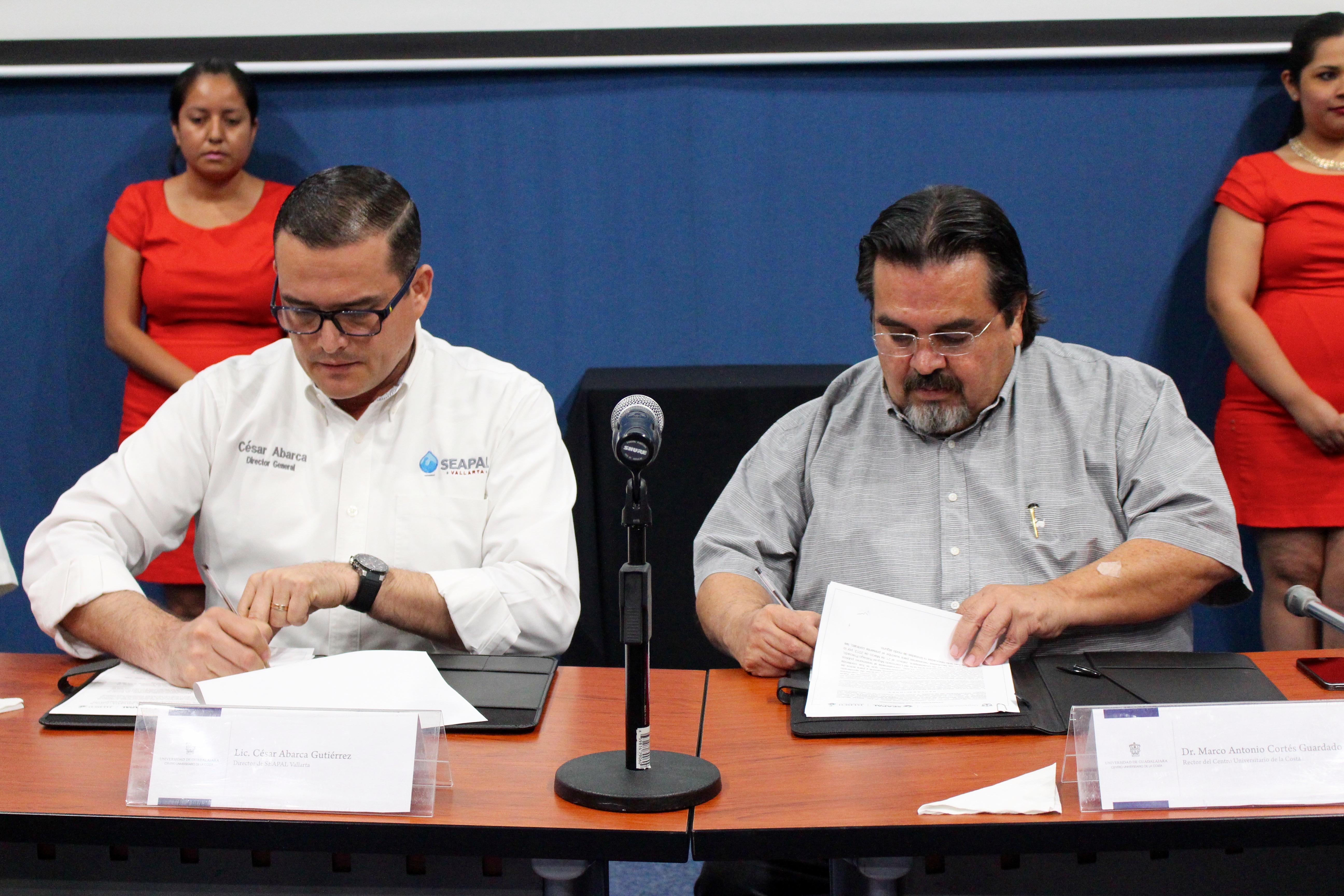 Rector del CUCosta, doctor Marco Antonio Cortés Guardado, y el Director general del Seapal Vallarta, licenciado César Ignacio Abarca Gutiérrez. en firma de convenio