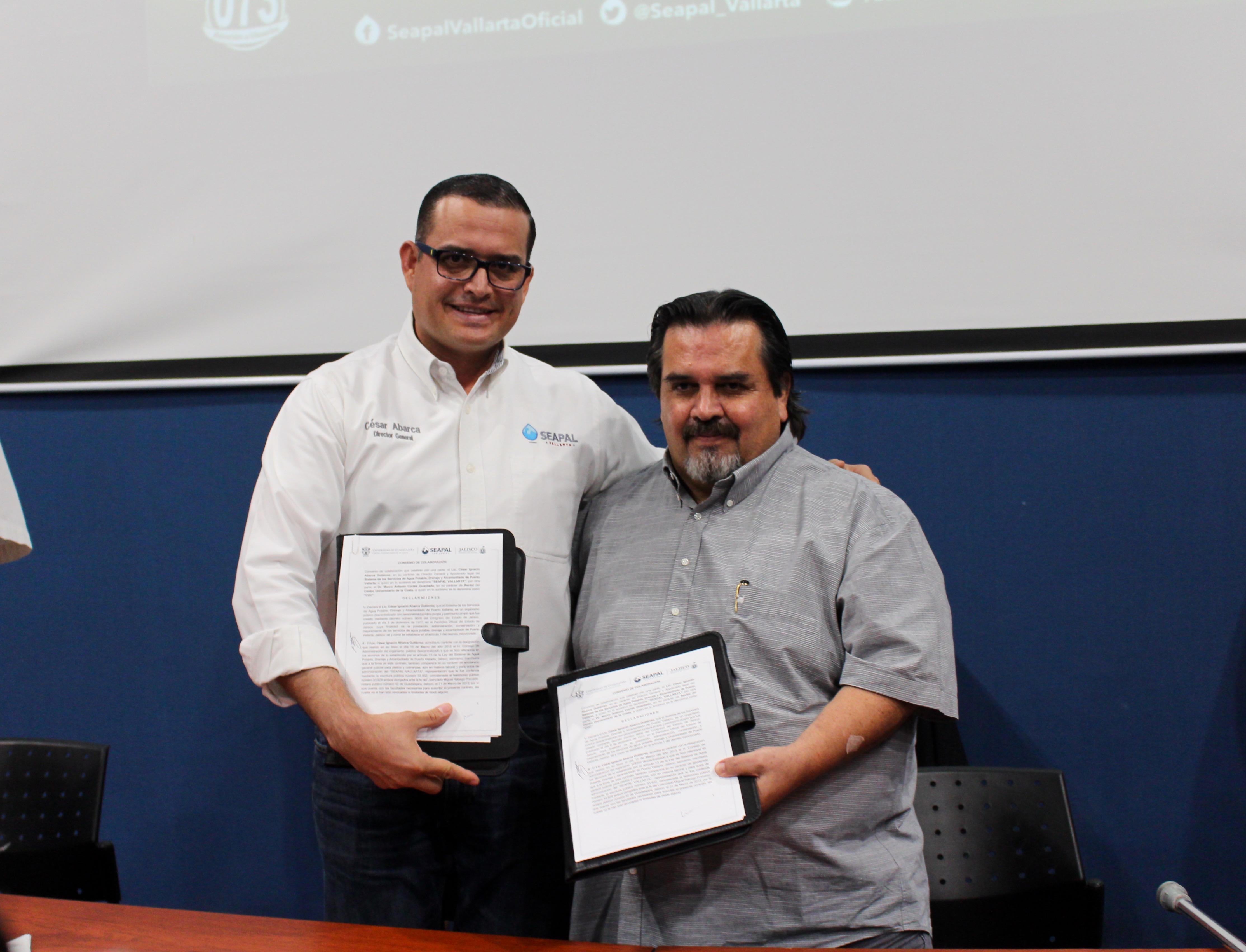 Rector del CUCosta, doctor Marco Antonio Cortés Guardado, y el Director general del Seapal Vallarta, licenciado César Ignacio Abarca Gutiérrez.mostrando el conveno firmado