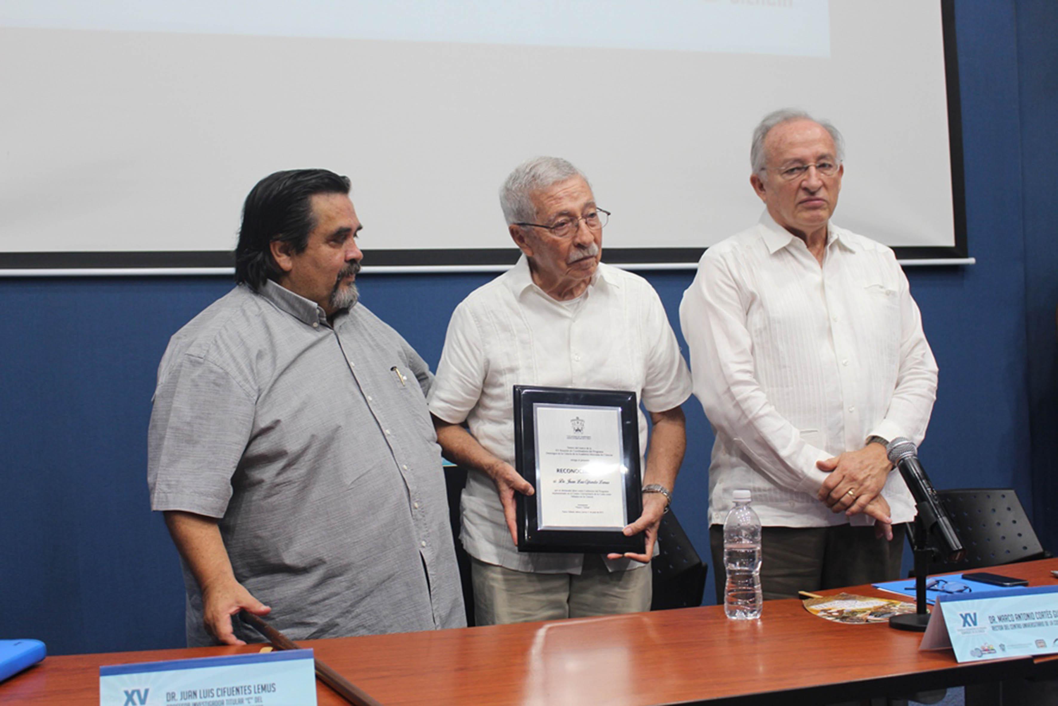 Dr. Cifuentes, recibiendo un reconocimiento por parte del Dr. Marco Antonio Cortés Guardado.