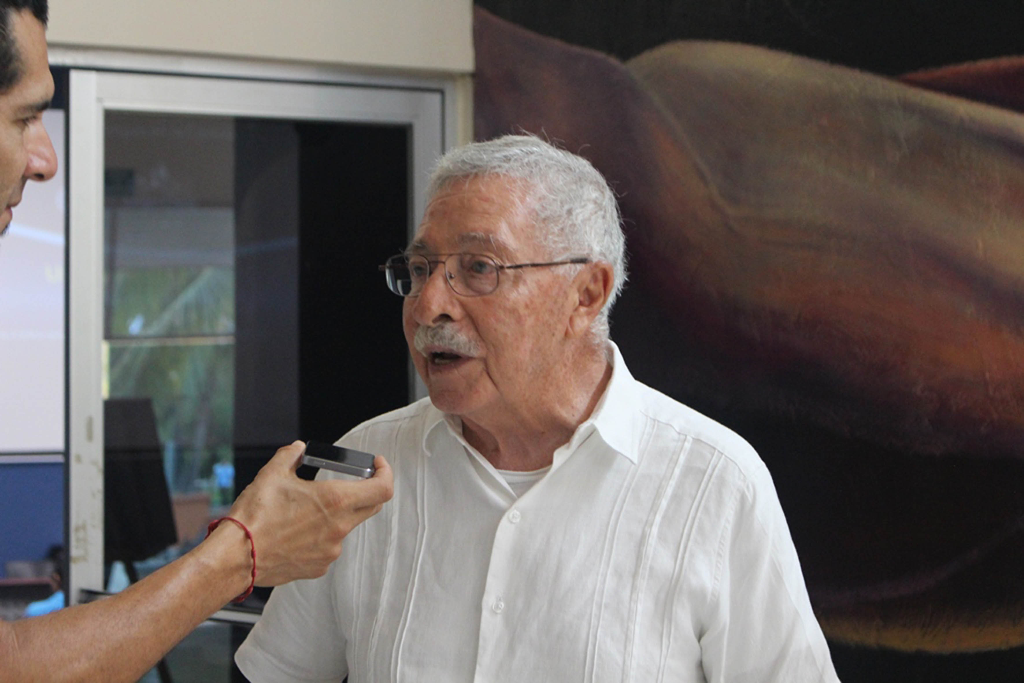 Biologo Juan Luis Cifuentes contestando entrevista