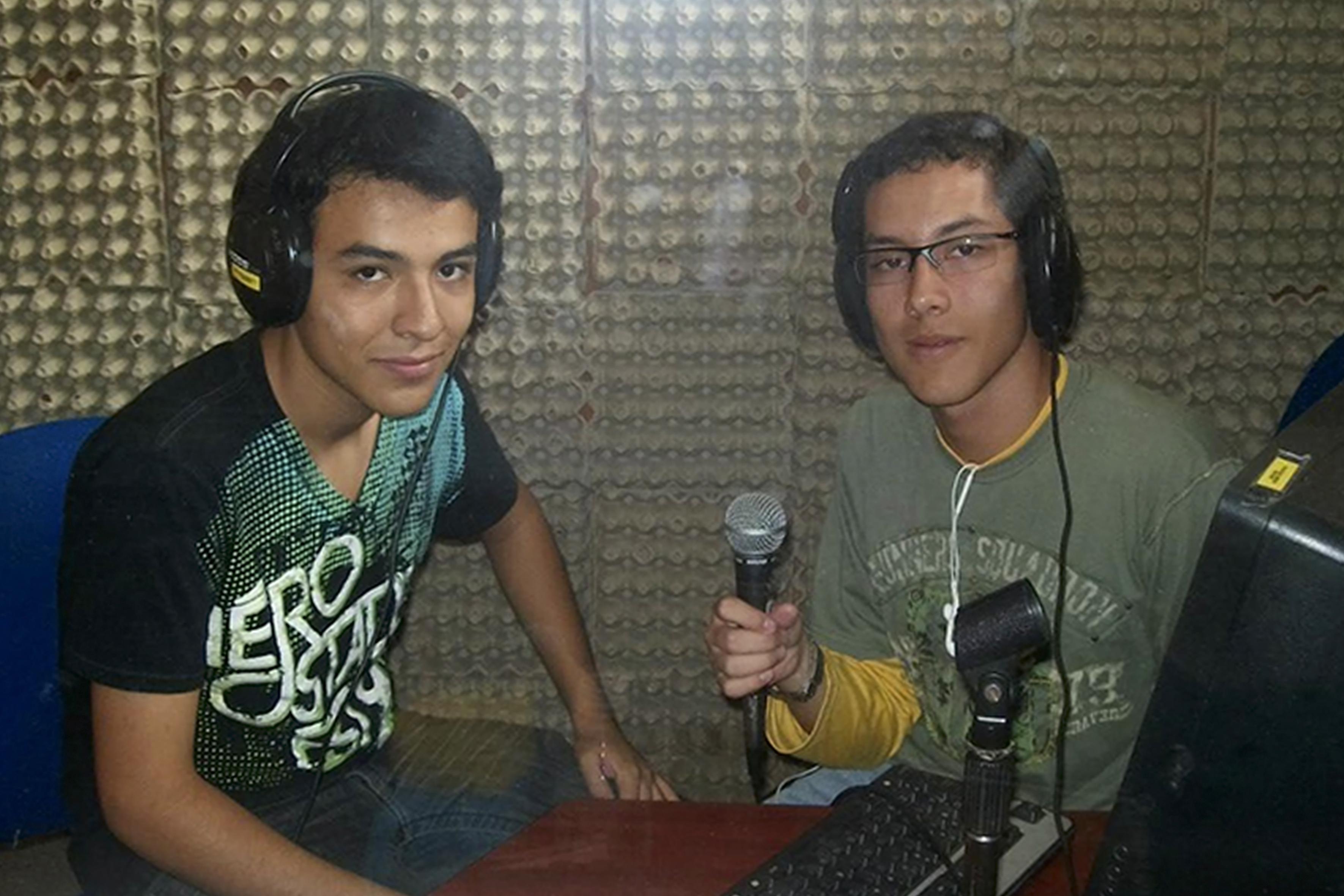 Dos alumnos de SEMS en una cabina de radio