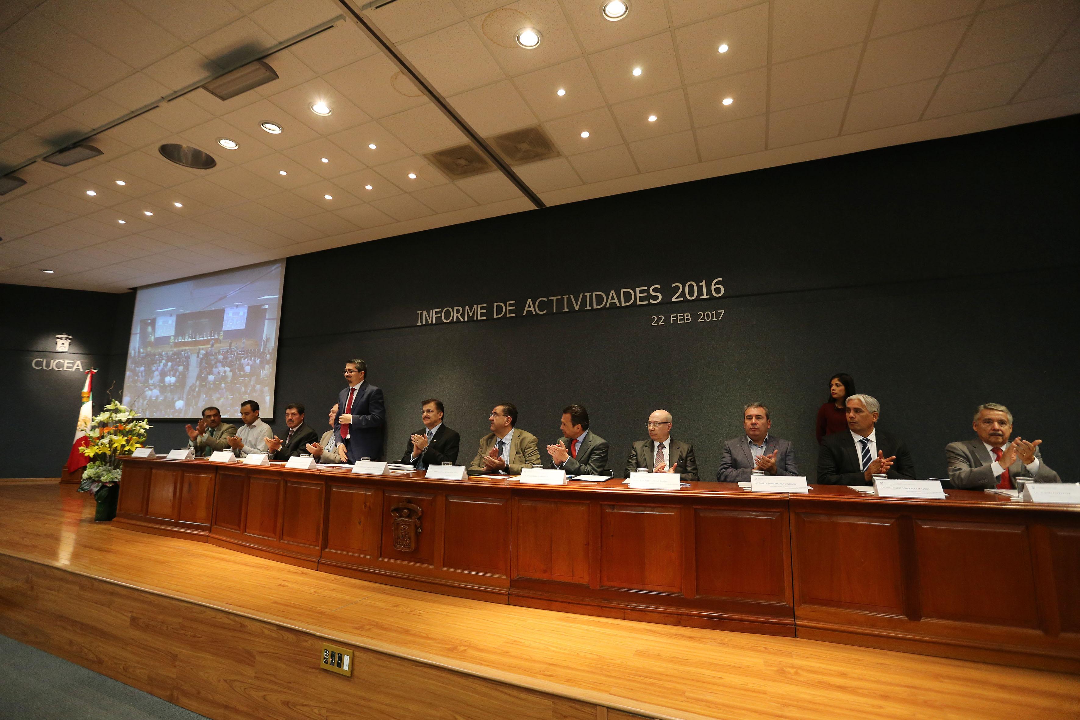 Presentación de honorables miembros del presídium, asistentes al Informe de Actividades 2016, del Centro Universitario de Ciencias Económico Administrativas.