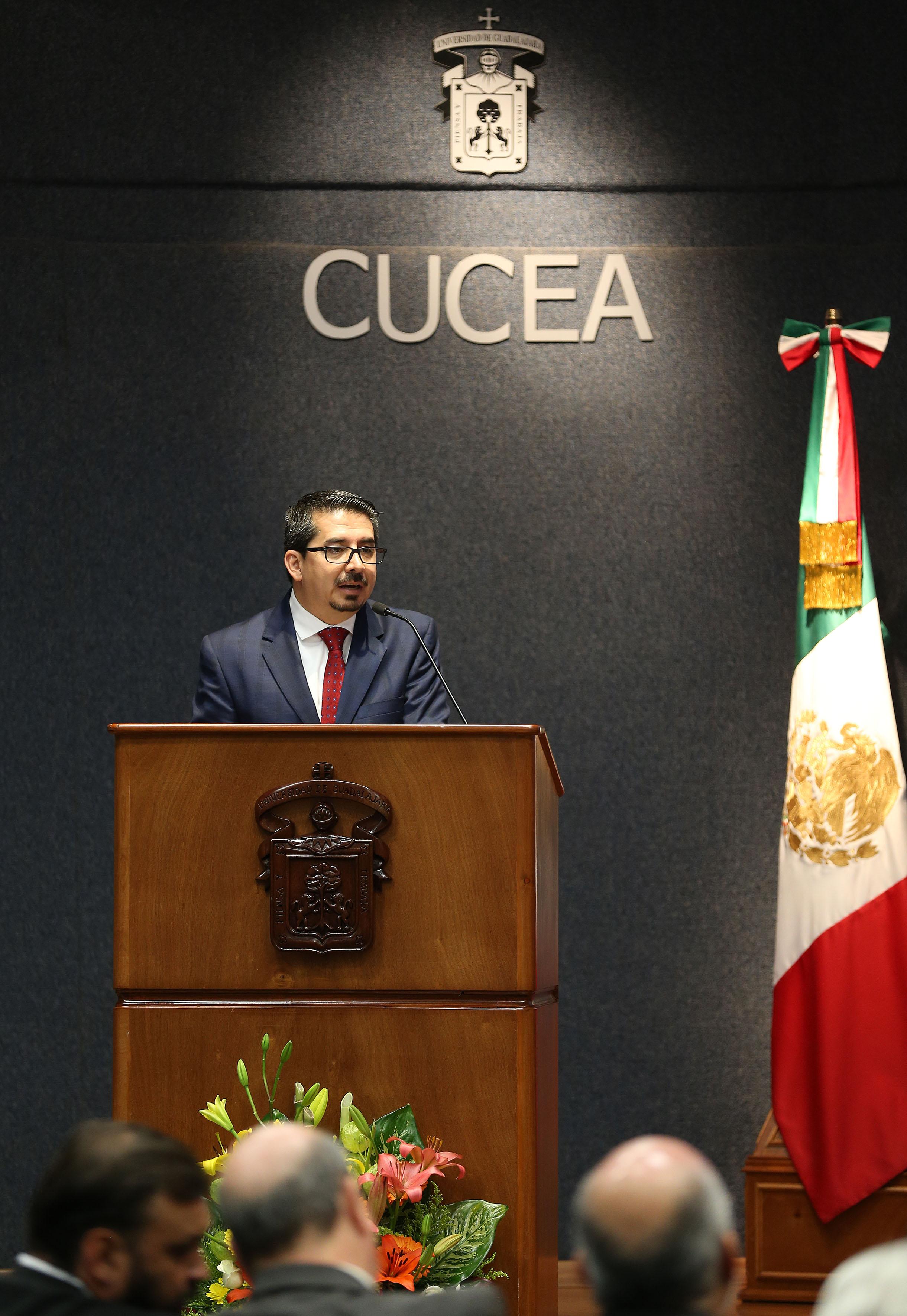 Maestro José Alberto Castellanos Gutiérrez, Rector del Centro Universitario de Ciencias Económico Administrativas (CUCEA), haciendo uso de la palabra desde el podium.
