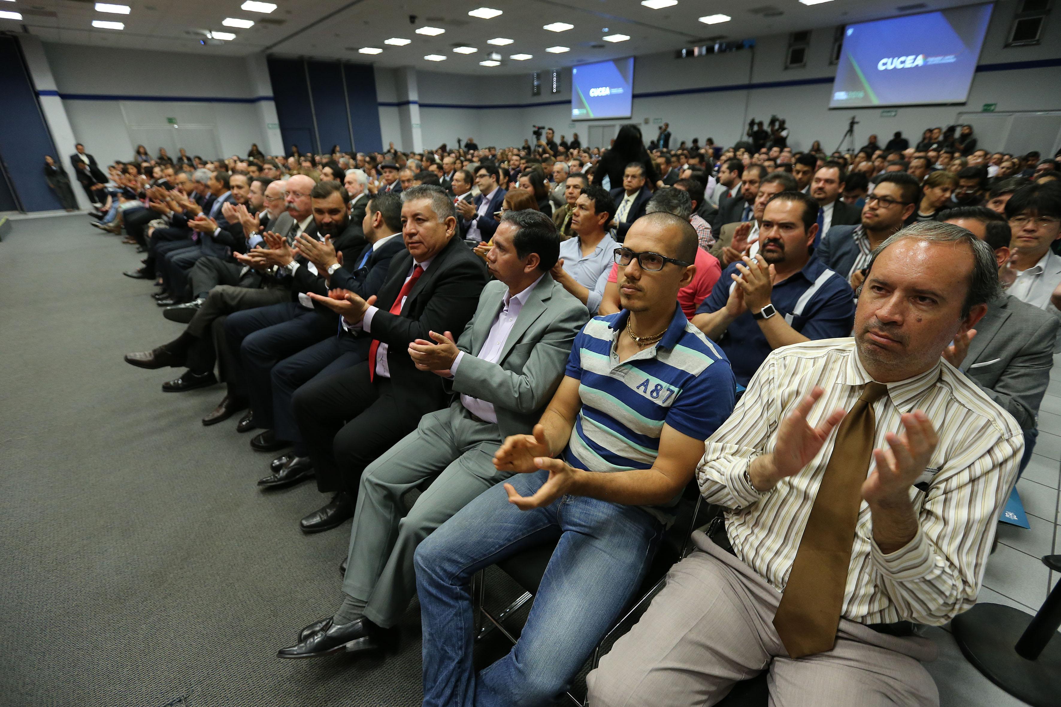 Miembros de la Red universitaria e invitados, aplaudiendo durante el Informe de Actividades del 2016.