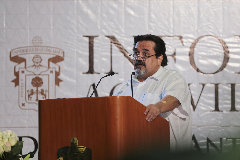 Doctor Marco Antonio Cortés Guardado, Rector de Cucosta, en podium del evento, haciendo uso de la palabra para presentar su Informe de Actividades 2017.