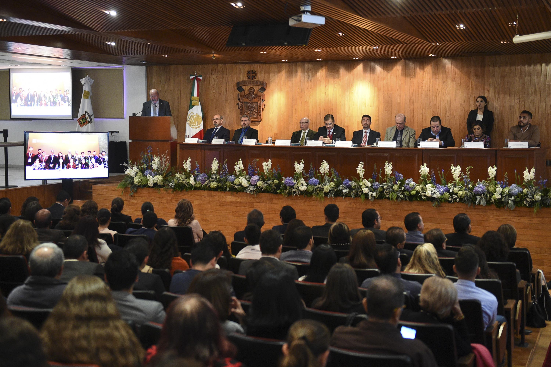 Maestro Javier Espinoza de los Monteros Cárdenas, Director General del SEMS,  rindiendo su  Informe de Actividades 2017, ante autoridades y comunidad universitaria.