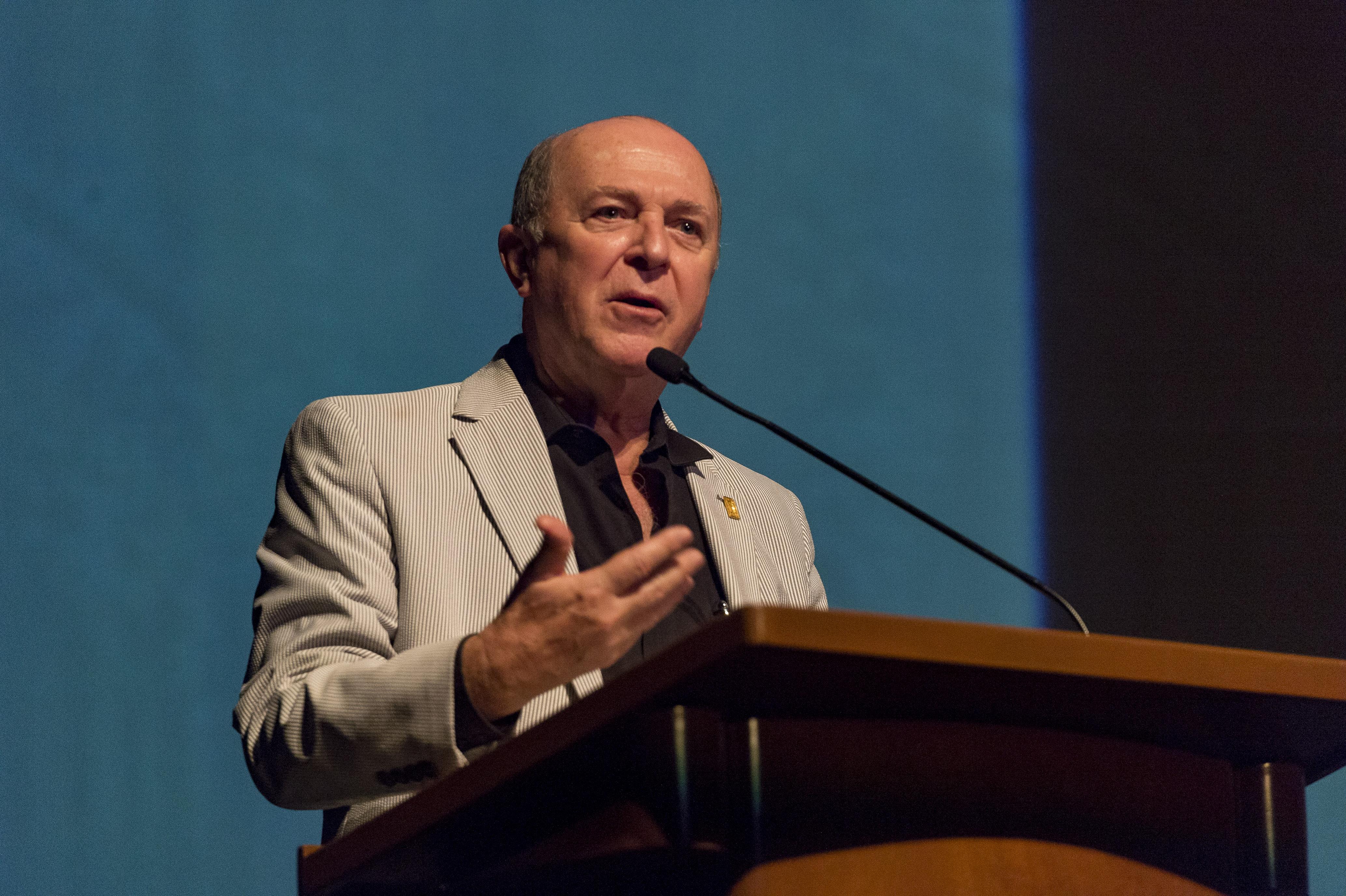 Doctor Miguel Ángel Navarro Navarro, Vicerrector ejecutivo de la UdeG, en podium del Teatro Diana, haciendo uso de la palabra.