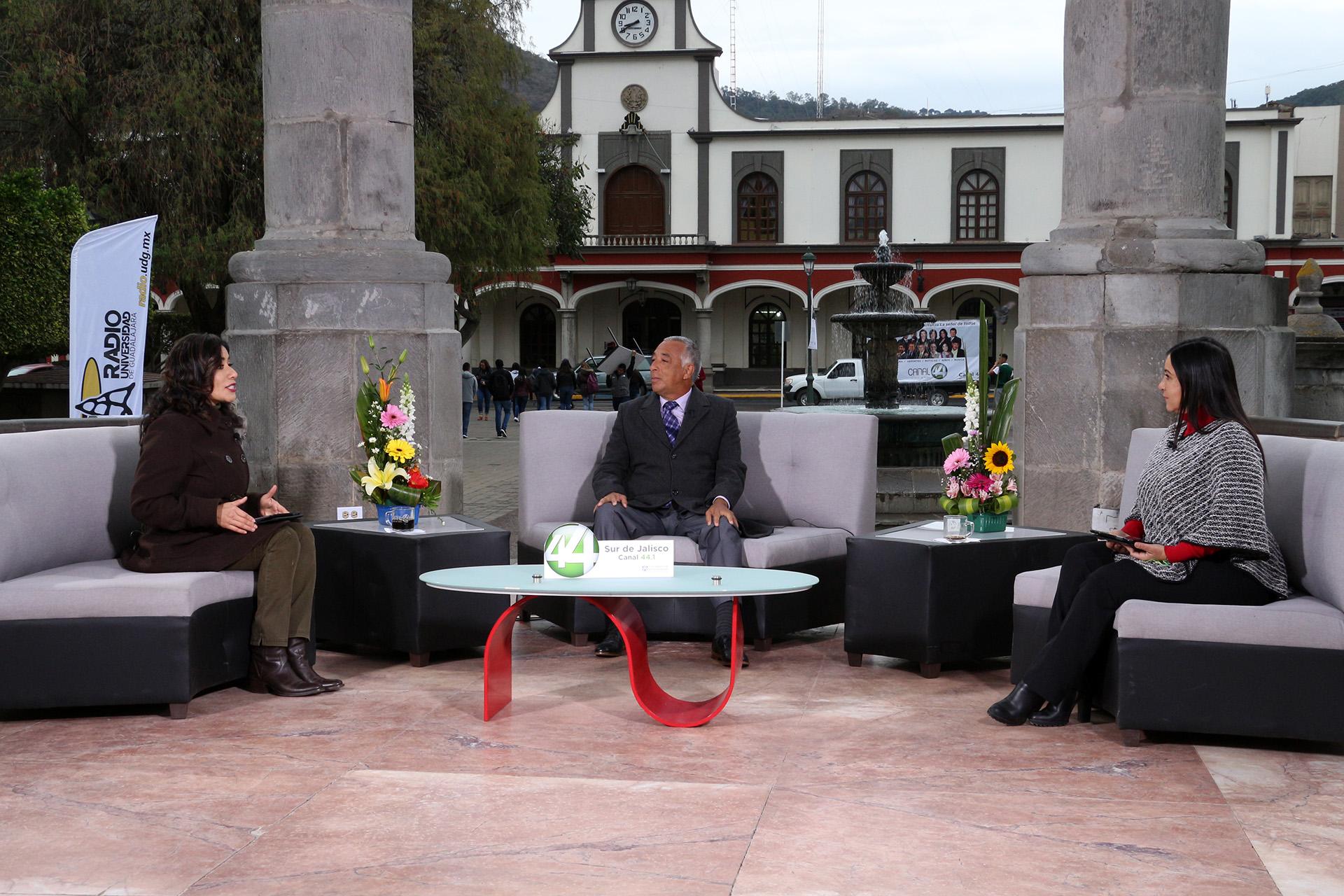 Rector del Centro Universitario del Sur (CUSur), maestro Ricardo Xicoténcatl García Cauzor, siendo entrevistado por presentadoras  del Canal 44