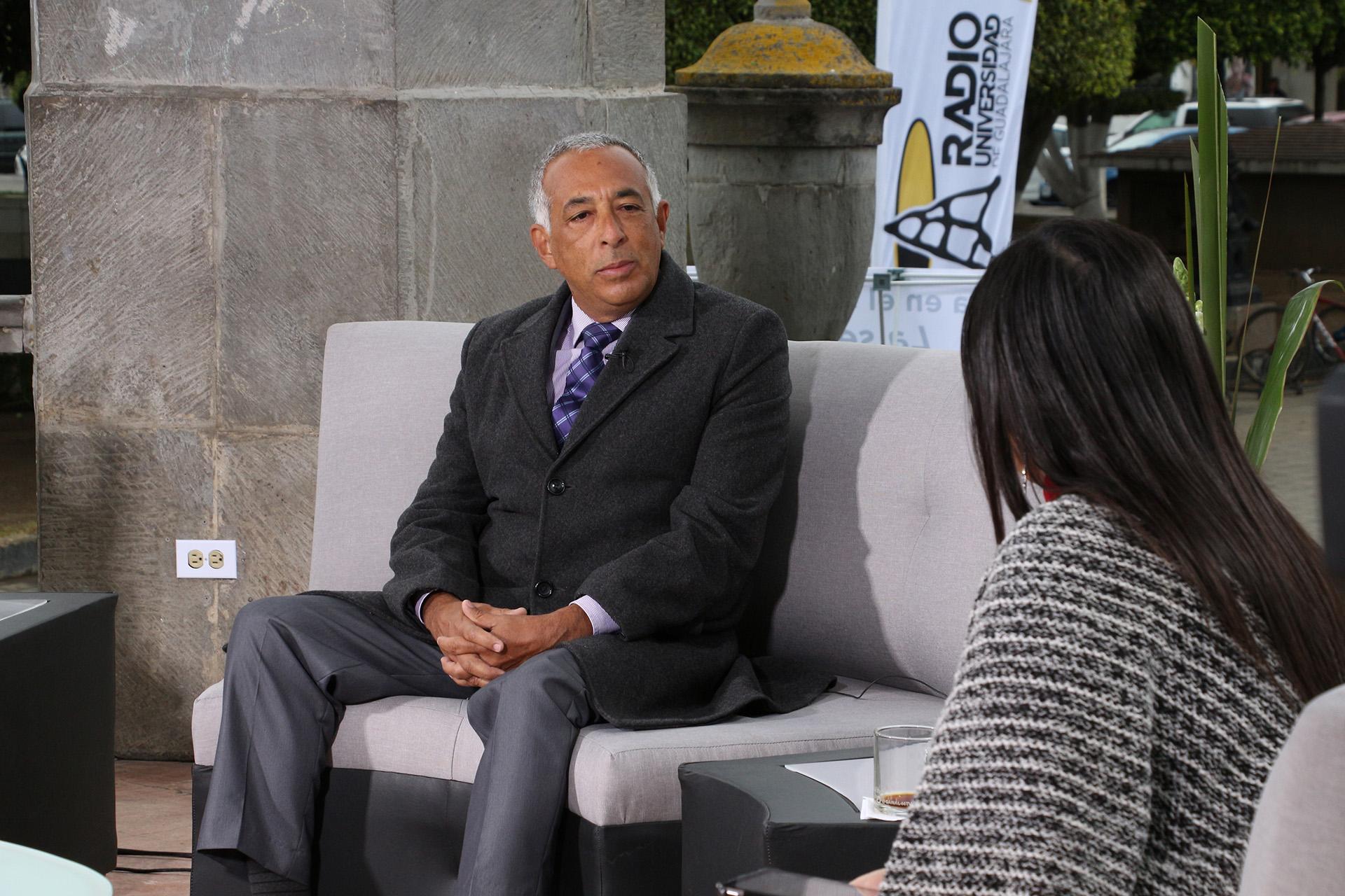 Rector del Centro Universitario del Sur (CUSur), maestro Ricardo Xicoténcatl García Cauzor, siendo entrevistado