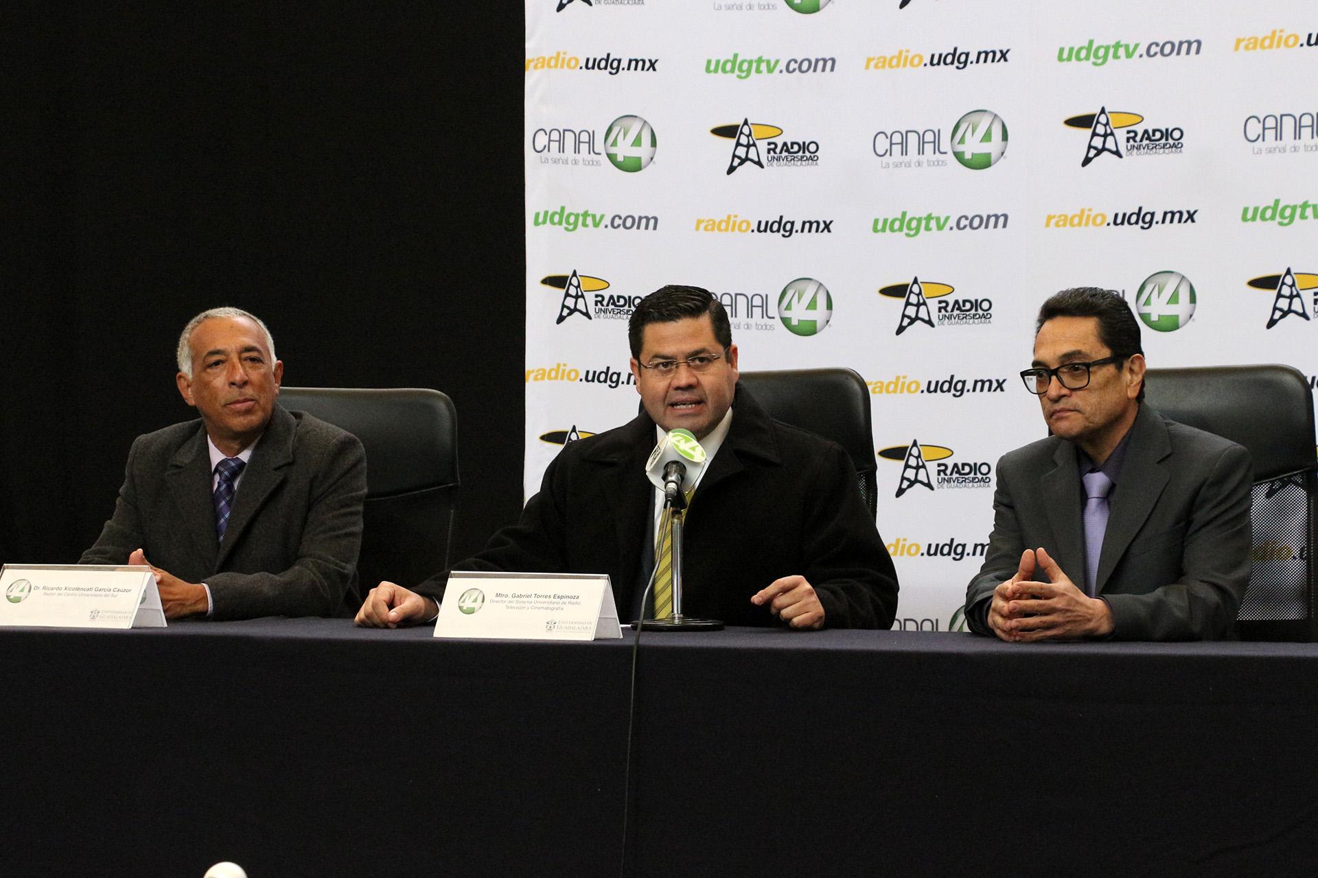 Director del Sistema Universitario de Radio, Televisión y Cinematografía (SURTyC), maestro Gabriel Torres Espinoza, haciendo uso de la palabra en rueda de prensa