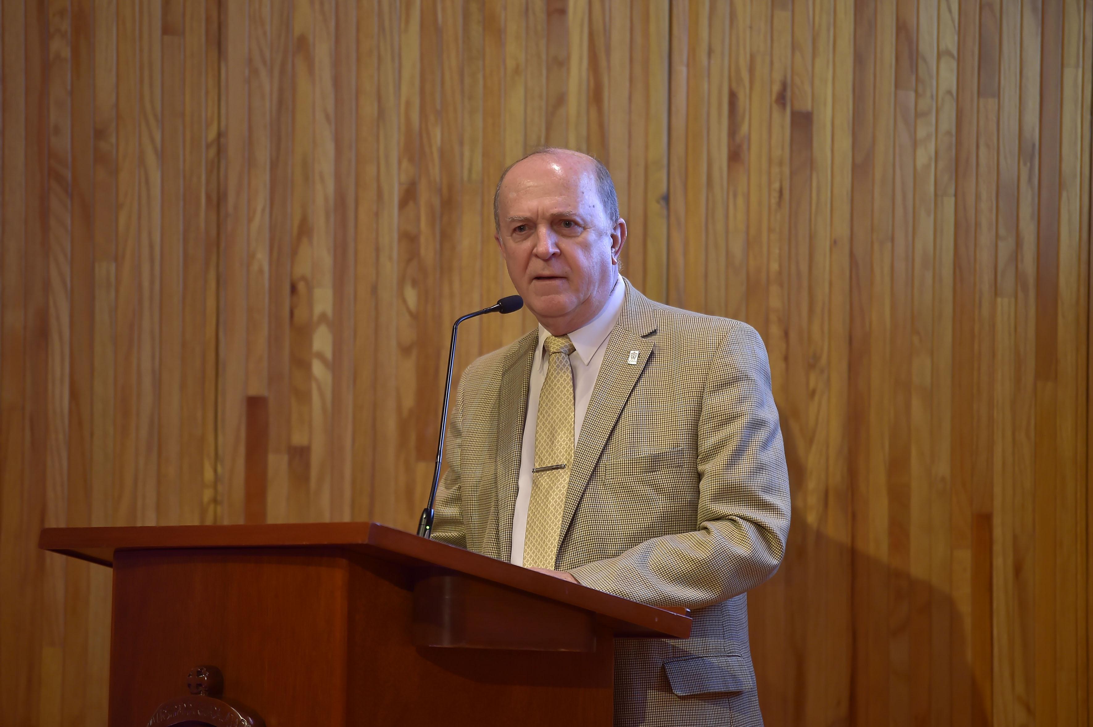 El Vicerrector Ejecutivo, doctor Miguel Ángel Navarro Navarro