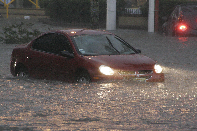 Automóvil en medio de una inundación en el Área Metropolitana de Guadalajara (AMG)