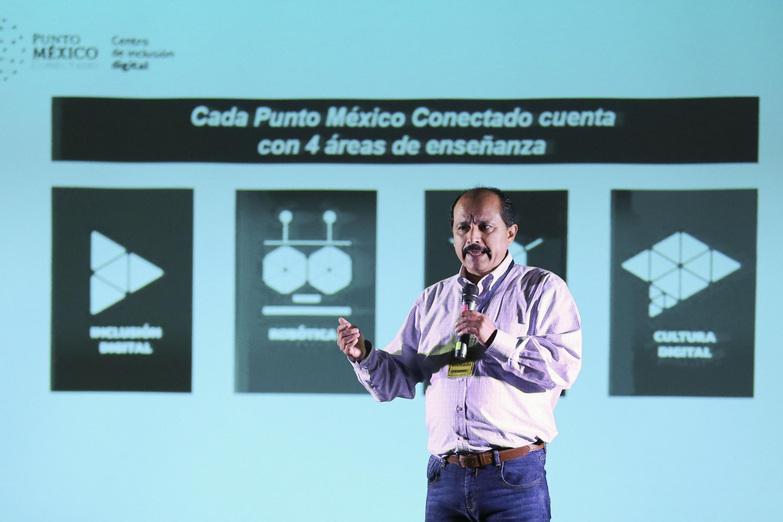 Maestro Javier Lizárraga Galindo, Coordinador de la Sociedad de la Información y Conocimiento, de la Secretaría de Comunicaciones y Transportes (SCT), impartiendo conferencia.