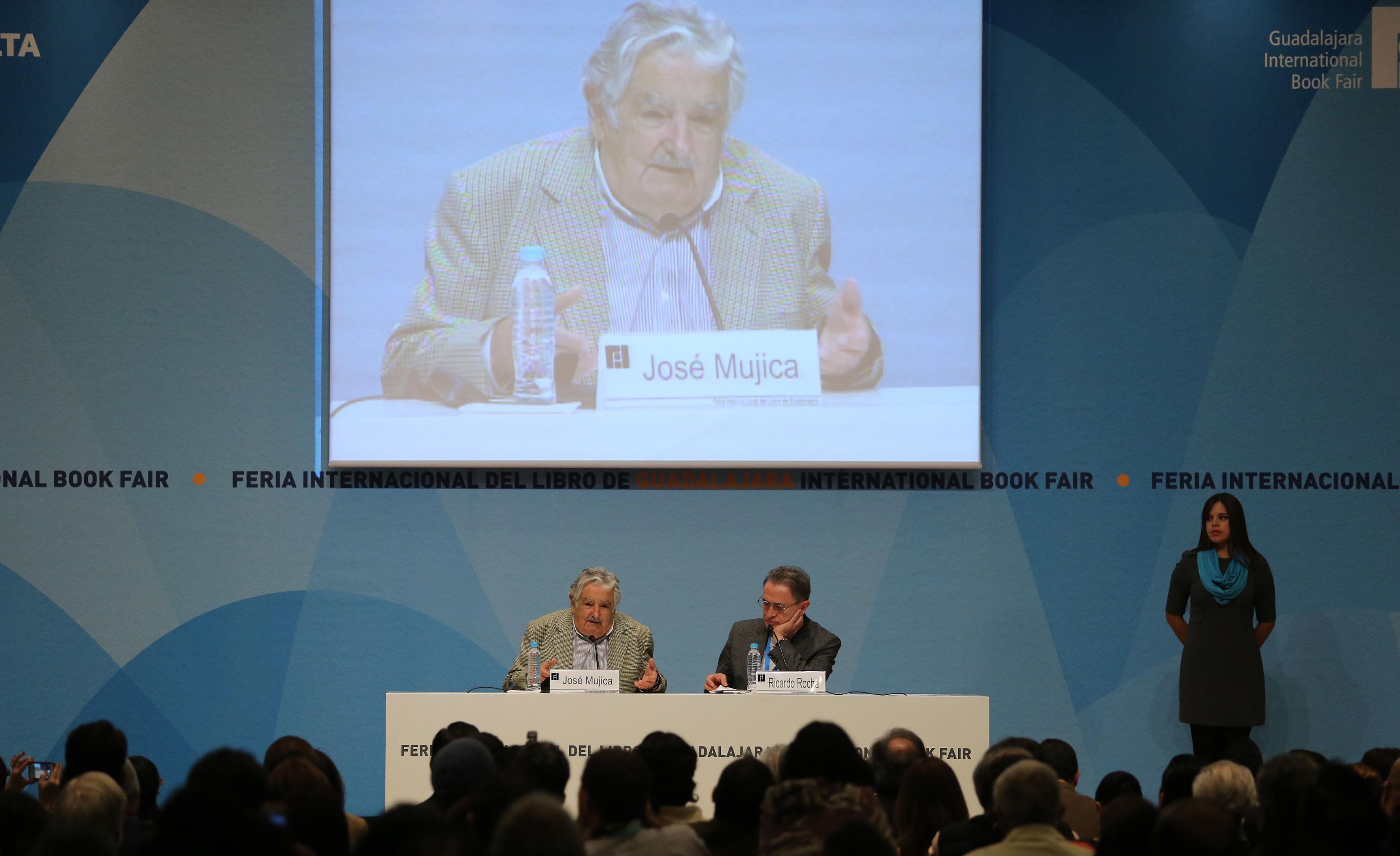 El presidente de Uruguay sostuvo un diálogo con el periodista Ricardo Rocha en la FIL Guadalajara