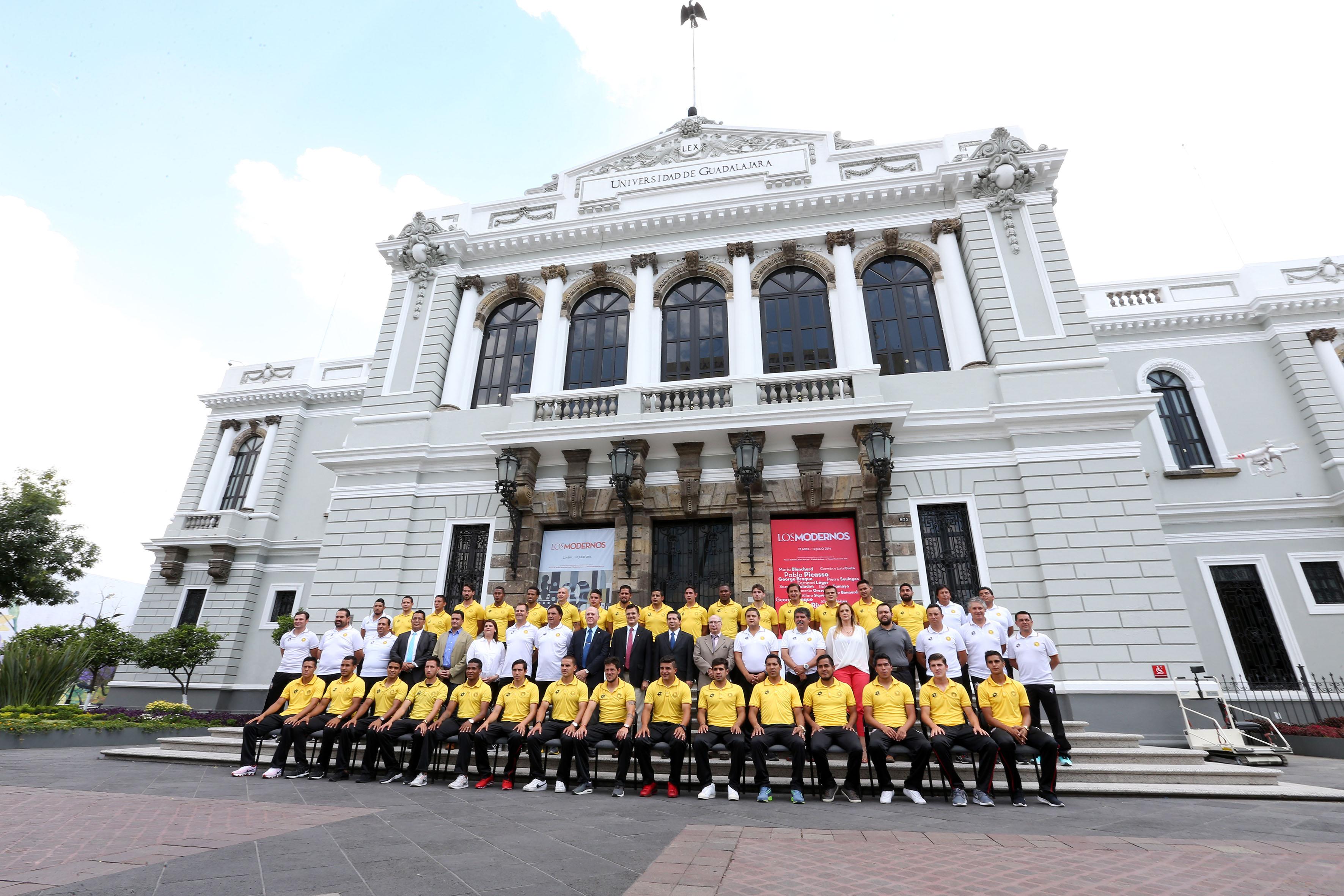 Equipo de leones negros y autoridades universitarias, posando para fotografia oficial frente al edificio antiguo de rectoria