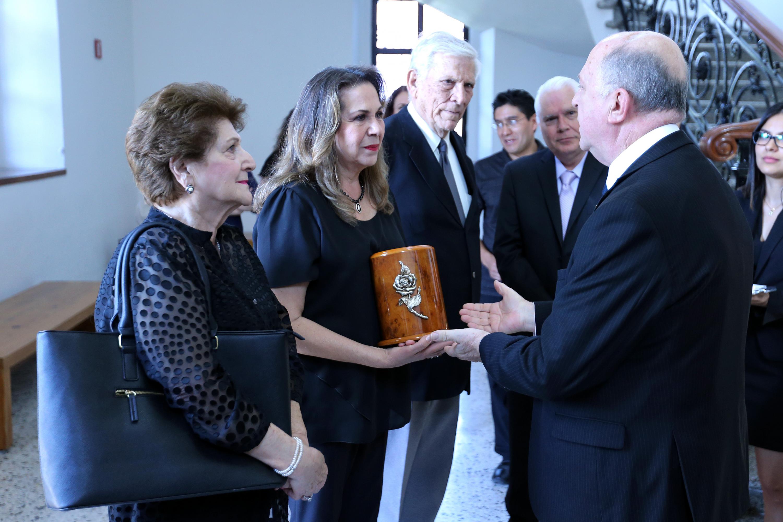 El rector general recibe en el lobby del Museo de las Artres a los familiares de la maestra Montijo