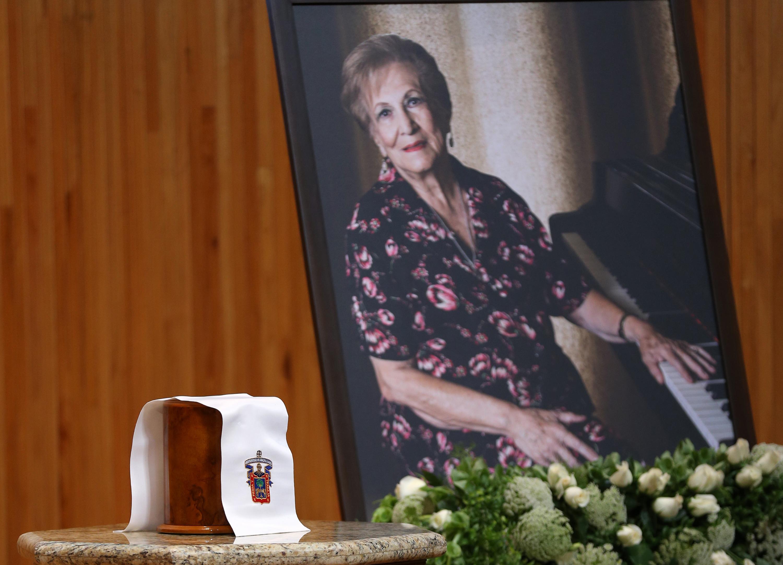 Las cenizas de la maestra Montijo junto a su retrato en el homenaje postumo