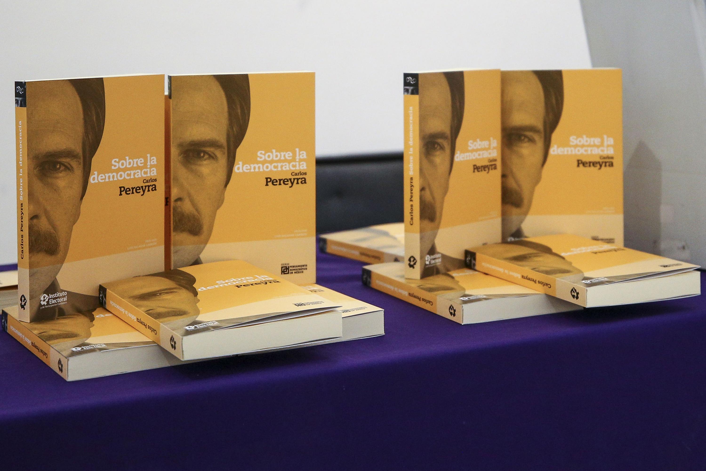 Ejemplares del libro -Sobre la democracia-, del fallecido intelectual mexicano Carlos Pereyra
