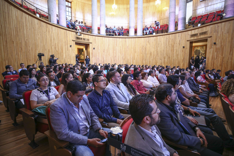 Académicos y estudiantes de la Universidad de Guadalajara, asistentes a la ceremonia, realizada en el Paraninfo Enrique Díaz de León.