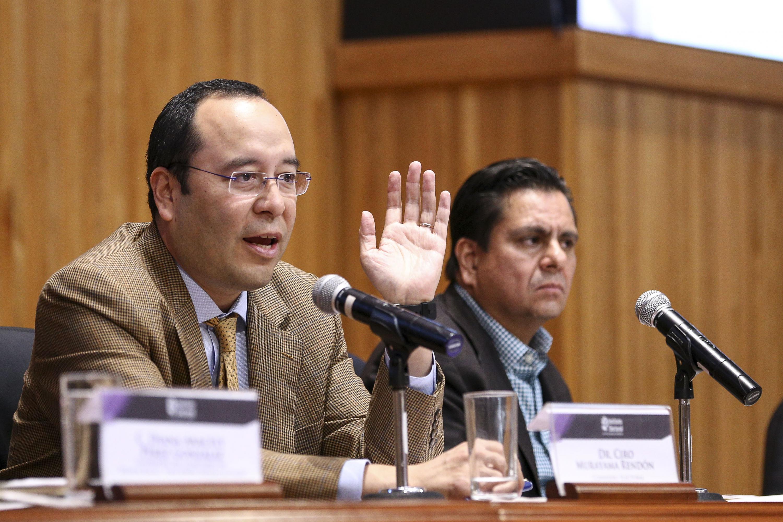 Doctor Ciro Murayama Rendón, Consejero del Instituto Nacional Electoral (INE), participando en la presentación del libro.