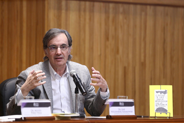 Doctor José Woldenberg, político y académico, presentando su libro -Cartas a una joven desencantada con la democracia-