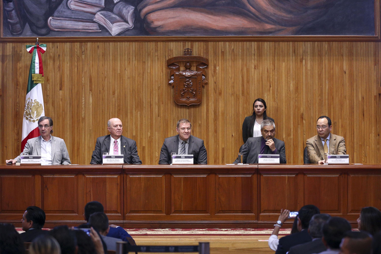 Presentación de los libros -Sobre la democracia- y -Cartas a una joven desencantada con la democracia-, realizada en el Paraninfo Enrique Díaz de León, de la Universidad de Guadalajara.